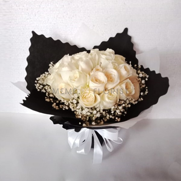 Hand Bouquet mawar putih dan baby breath