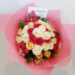 Hand bouquet bunga mawar dan baby breath